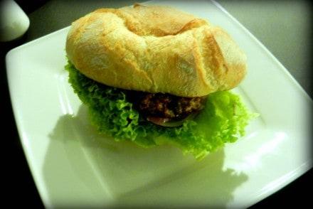 klasyczny-burger-mollys-mollys-grill-poznan