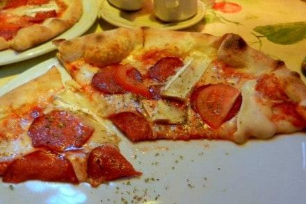 pizza umberto - salami, camembert i pomidor - pizzeria umberto poznan