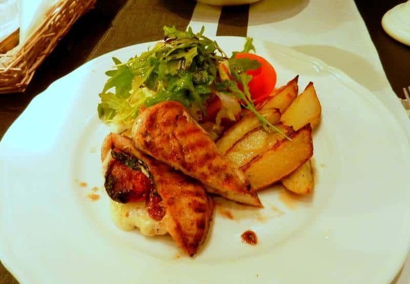 kurczak-nadziewany-mozzarella-isuszonymi-pomidorami-mala-italia-poznan