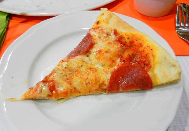 pizza-salami-bazylia-i-oregano-poznan-kawalek