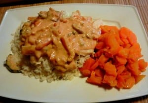poledwiczki z kurczaka z-ryzem-gotowana-marchwia i sosem warzywnym
