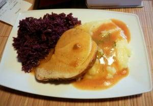 szynka pieczona z ziemniakami i kapusta madra gotowana
