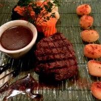 Befsztyk z opiekanymi ziemniaczkami i gotowanymi warzywami + sos z czarnego pieprzu
