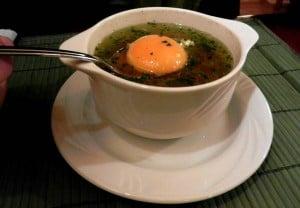 Zupa czosnkowa z żółtkiem i parmezanem