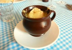 francuska-zupa-cebulowa-francja-elegancja-poznan